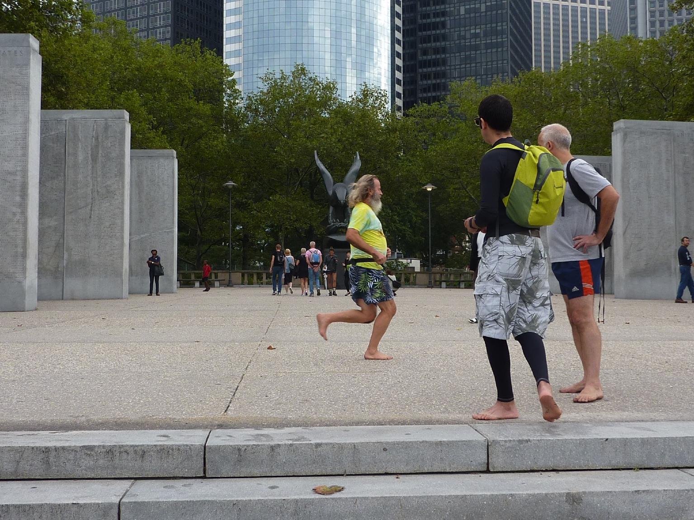 Ken Bob bends his knees, NYC Barefoot Run, 2011 September 24, photo by Ivan Olarte (ivanolarte@comcast.net)